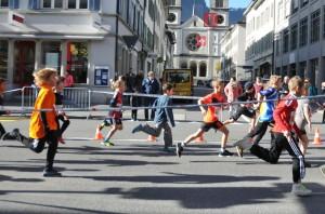1)Mit viel Zug rennen die Schüler an der Kirchstrasse vorbei